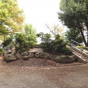 階段側。この裏側はらせん状の坂道になっている部分も。