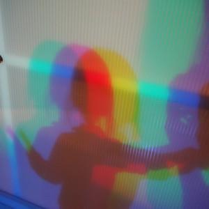 三原色が重なることでの色の変化を自分の影で体験