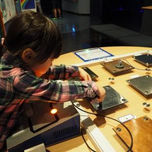 鉄・アルミ・ステンレス・銅など様々な素材を電極棒や磁石で触ってみたよ