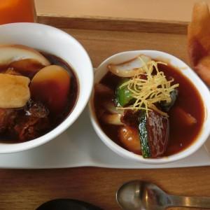 左:豚角煮と燻製玉子、右:七色豚とチーズのミルフィーユ酢豚