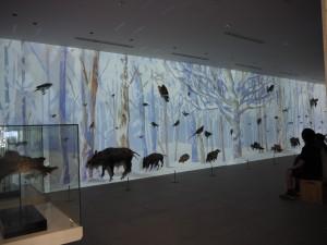 周辺に生息する動物達の剥製には一時間毎に四季を表すプロジェクションマッピングを投影