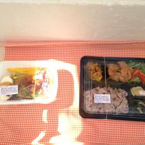 雑穀米と鶏肉唐揚げ風ネギ香味だれ弁当、豆腐ハンバーグのロコモコ