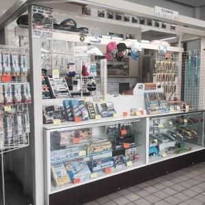 1F。駅の売店のようなおみやげ物コーナー。