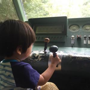 新幹線の運転席。ボタンもパチパチできます♪