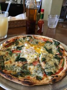 ほうれん草と卵のピザ