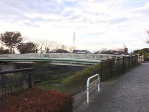 この橋を渡って左に
