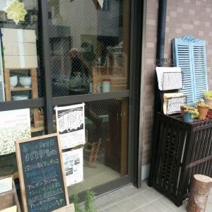 <可愛らしい店構えですが、店頭には地域や暮らしをよくする、内容の充実したチラシがたくさんあります>