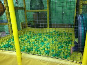 子供4~5人は入れそうなボールプール