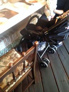 ベビーカーをカウンター席に並べて食事しました