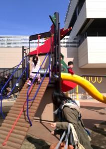 ロープに捕まって上る丸太階段