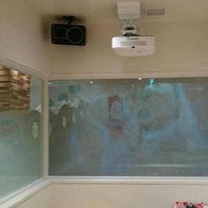 カラオケ個室からは外の子どもの様子を確認出来る