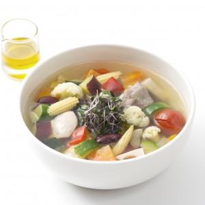 10種の野菜スープ。上質なオリーブオイルで更に大人な味に。