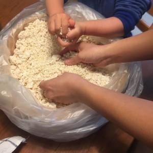 塩とコウジ、つぶした豆を混ぜて、あとは1年位寝かせて完成!
