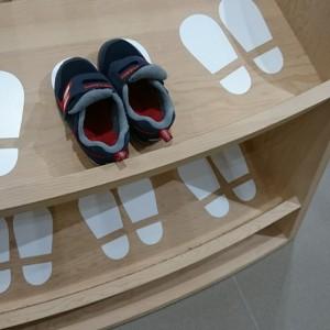 靴置場。靴を置く目印がわかりやすいね。