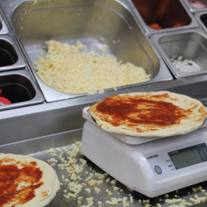 通常は量りで一定量のチーズを盛る