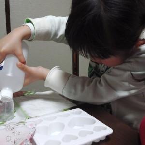 子供たちもアロマ石鹸作りに挑戦。精製水と石鹸の粉を混ぜます。