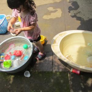小さい子はたらいで水遊び