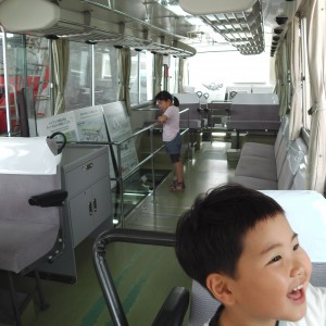 大きなバスに乗って、大はしゃぎ。