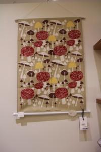 キッチンクロスとしてではなくこのように壁に飾る人も多いとのこと