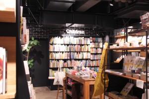 絵本コーナーのすぐ隣の書棚は料理本系