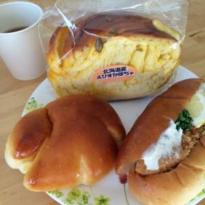 えびすかぼちゃパン(167円)タルタルフィッシュ(219円)ブリオッシュクリームパン(143円)