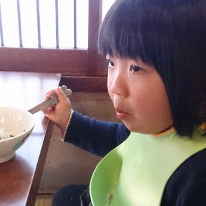 黙々とほおばる娘!子ども用の取り皿やスプーンも有り。