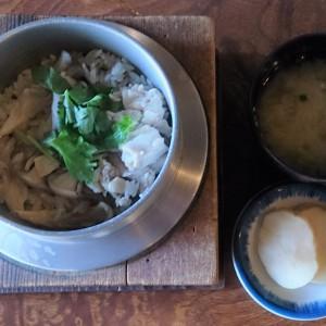 味噌汁とたくわん付きの「鶏と舞茸の釜めし」
