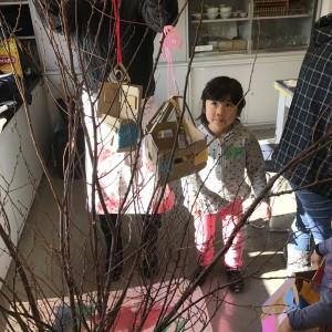 完成したお家を木に飾ります
