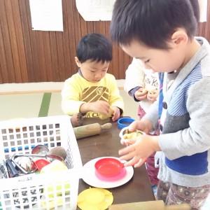 小麦粉粘土作り。子どもたちもお手伝い