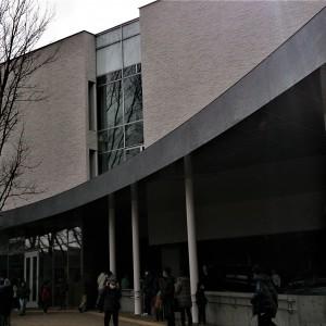 都立多摩図書館の玄関。移転オープンの看板が