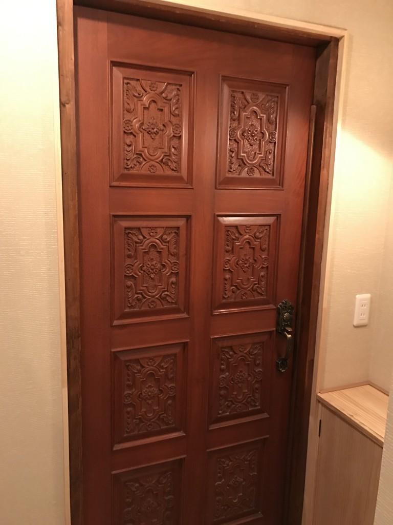 しっかりした扉の個室
