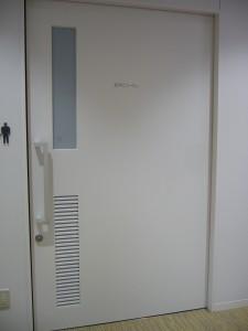 トイレ。子ども用の便器が2つあり