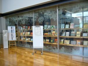 受付の隣にある陳列棚。整然とした本、ピカピカのガラス!