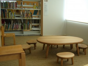 子どもが座って読めるコーナー。木目調の家具が優しい