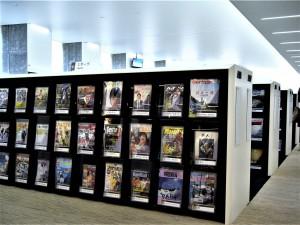 入ってすぐにたくさんの雑誌のエリア