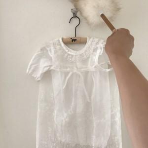 うちでは籐ハンガーに可愛い服をかけて飾ってます