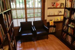 少し先には絵本がたくさん!座り心地の良いソファーも所どころに
