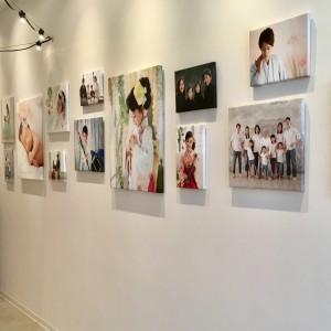 廊下には成長過程を自宅で一枚一枚追加して楽しむように写真が飾られています。