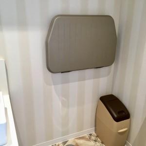 トイレにはおむつ替えシートと専用ごみ箱も☆