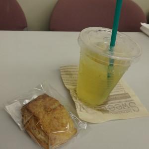 講座のお供に、クリカ食堂さんのおいしいスコーンと白桃ウーロン茶。