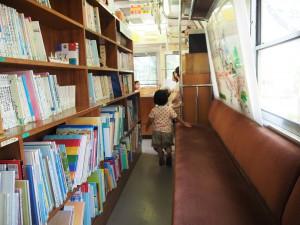 だれでも自由に本を読んだり、お話が聞けたりします