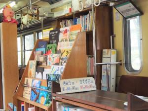 つり革と網棚と本と。違和感がないのが不思議でした